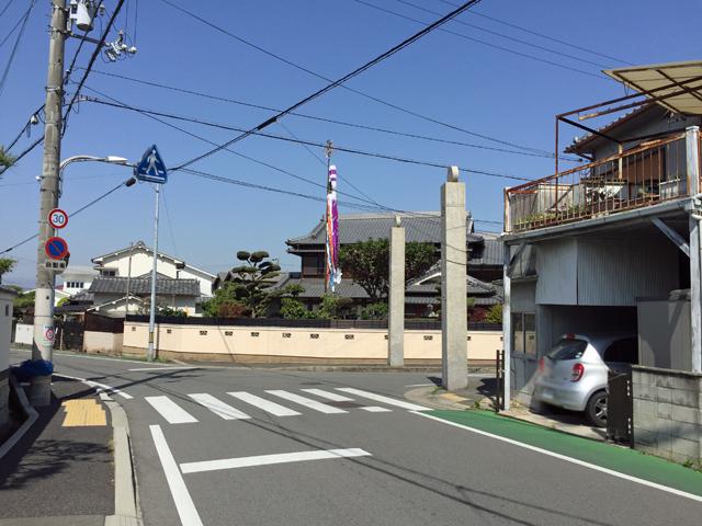 熊野田の八坂神社の近くにある参道の入り口の大門?近くの鯉のぼり