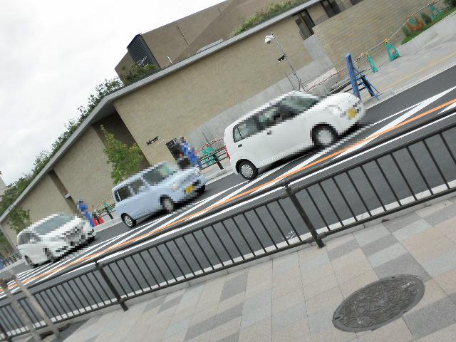豊中市曽根東町のヴァイキングビル専用駐車場前 歩道に無地のマチカネくんマンホール2枚 芸術文化センター向辺り